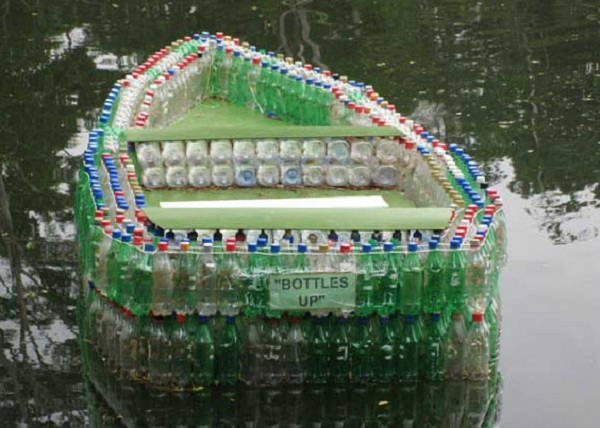 Лодка из бутылок